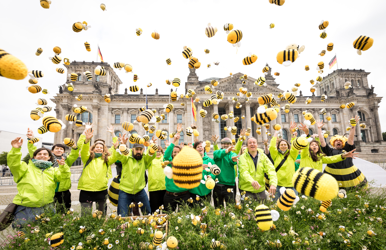 Der BUND übergibt mehr als 180.000 Stimmen für die Bienen an die Umwelt- und an die Landwirtschaftsminsterin